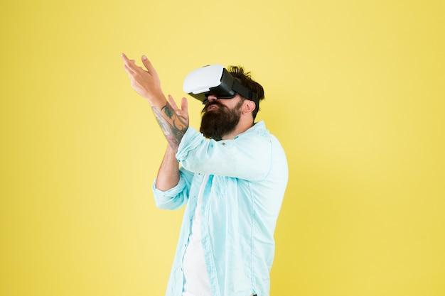 Gesto della pistola. gioca. passatempo di gioco. gioco informatico. richiede hardware esterno aggiuntivo per l'esecuzione. design confortevole per il gioco. galleria di tiro. cuffie uomo realtà virtuale. sparatutto in prima persona.