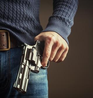 La pistola in mano.