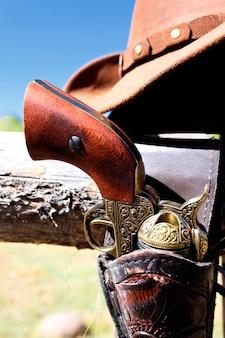 Pistola e cappello all'aperto sotto la luce del sole in autunno