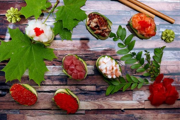 Maki di gunkan in un cetriolo con frutti di mare
