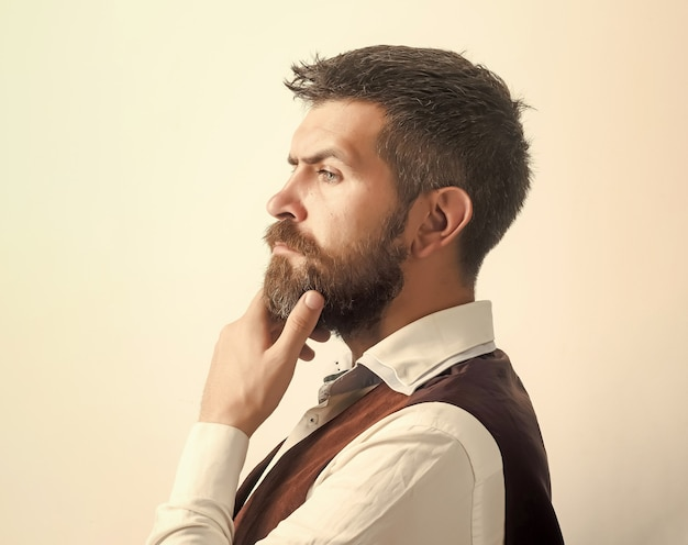 Ragazzo o uomo d'affari barbuto pensando.