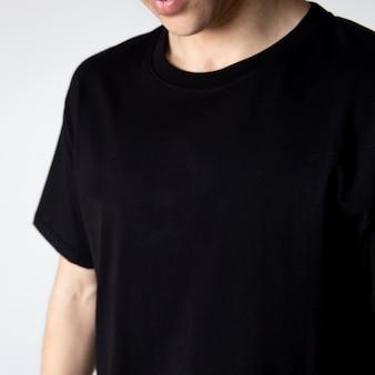 Ragazzo in una maglietta nera di base.