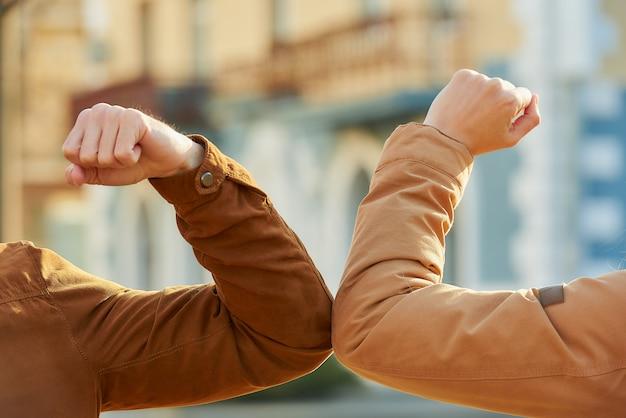 Un ragazzo e una ragazza si incontrano per strada a mani nude