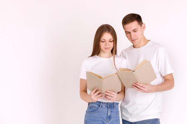 Ragazzo e ragazza hanno letto un libro