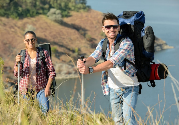 Il ragazzo e la ragazza che viaggiano in montagna.