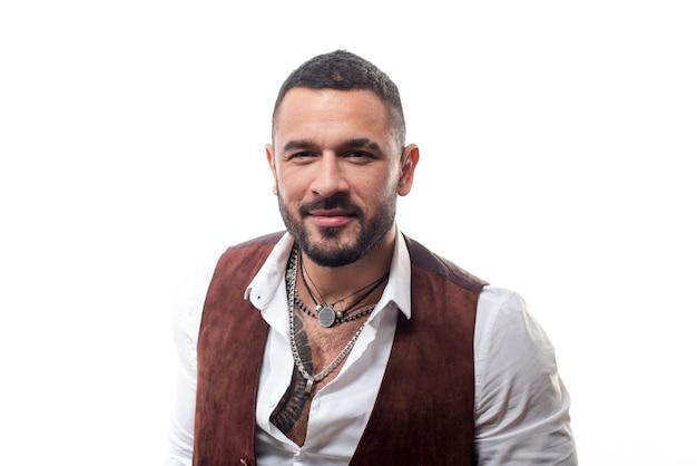 Guy bel boss mafioso. moda latina. uomo ben curato ricco macho alla moda. guy indossa abiti e accessori.