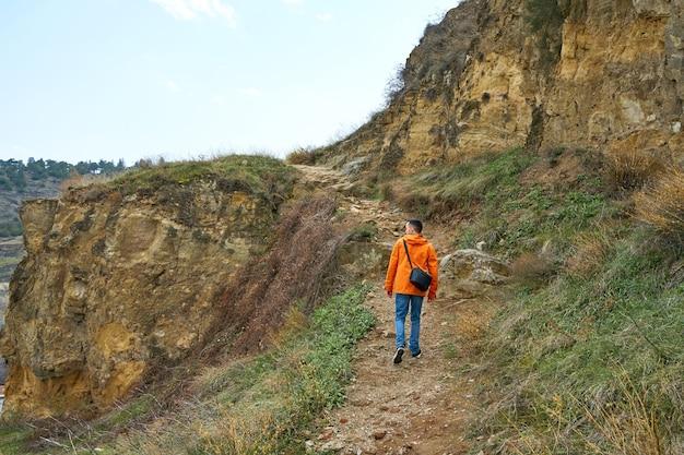 Tracciamento dell'escursione del ragazzo sulle colline nella natura straordinaria. animazione del fine settimana.