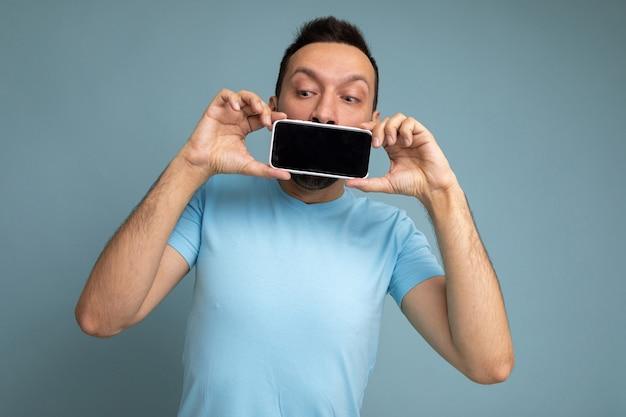 Ragazzo che tiene la mano del telefono moderno