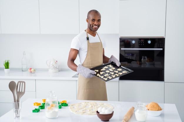 Ragazzo che prepara i biscotti della torta della torta dello spuntino dell'artigianato fatto a mano dell'artigianato nella cucina interna moderna della casa