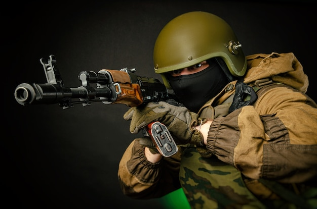 Guy soldato militare mira alla vista del kalashnikov