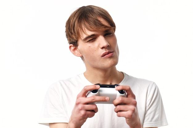 Ragazzo con una maglietta bianca con un joystick in mano giochi intrattenimento hobby