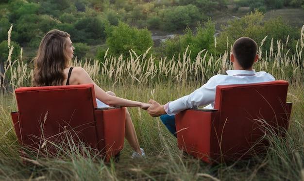 Il ragazzo con la ragazza ad un appuntamento naturale