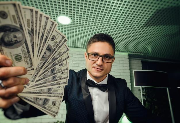 Il ragazzo con un sacco di soldi