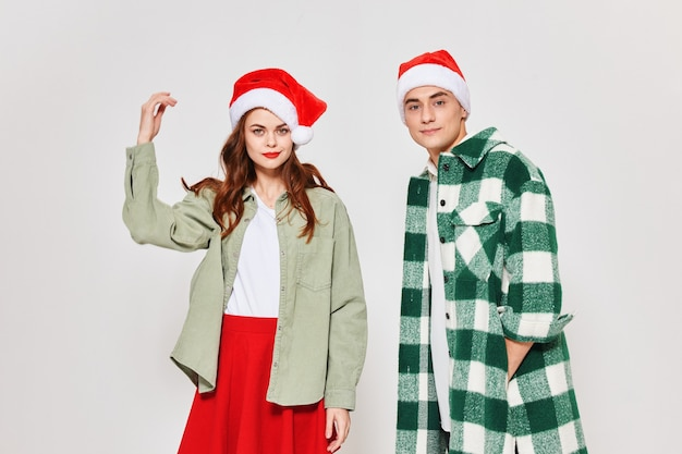 Ragazzo e donna in modelli di gonna giacca camicia a quadri cappelli di natale