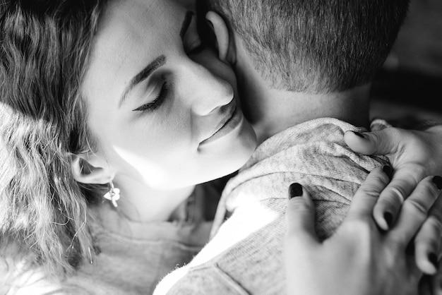 Ragazzo e donna in casa, abbracciati