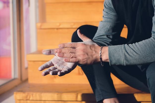Palestra gesso magnesio carbonato mani battimani per allenamento arrampicata.