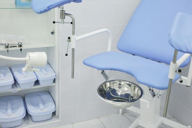Sedia ginecologica in ospedale nell'ufficio del ginecologo