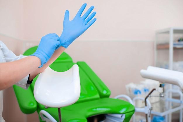 Il ginecologo indossa i guanti