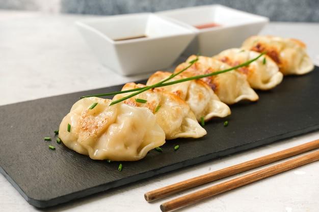 Gnocchi giapponesi gyoza con salsa di soia. cucina asiatica. cibo tipico giapponese cinese coreano. consegna da asporto