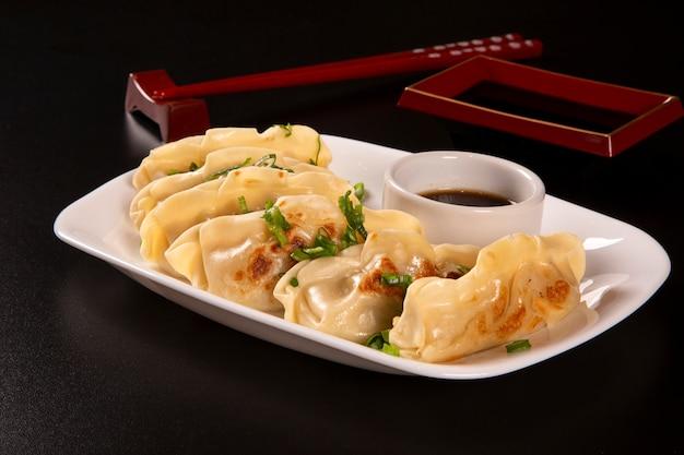 Gyoza o pasta con ripieno di manzo, manzo o maiale o verdure. piatto di cucina asiatica