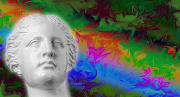 Scultura antica con testa in gesso su uno sfondo vaporwave retrò colorato e luminoso. collage di arte contemporanea. concetto di poster in stile onda retrò.