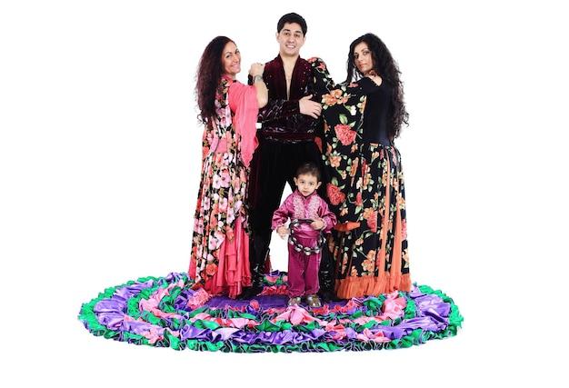 Gruppo di danza zingara uno spettacolo di danza il costume nazionale cultura etnica la foto con uno spazio vuoto per il testo