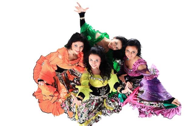 Gruppo di danza zingara danza popolare uno spettacolo di danza cultura etnica la vista dall'alto la foto con uno spazio vuoto per il testo