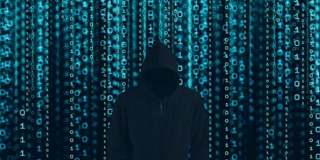Hacker in black hood mostra l'estrazione tramite binario.