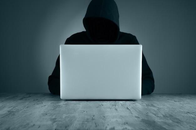 Computer e codici della mano di hacker