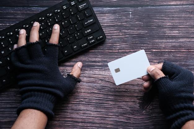 Mano di hacker che ruba dati dalla carta di credito