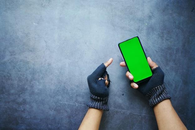 Mano di hacker che ruba dati dallo smartphone