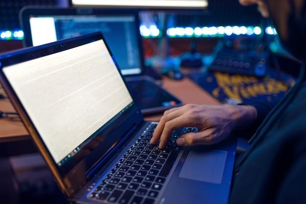 Hacker in hood mostra il pollice in alto, criminale della rete