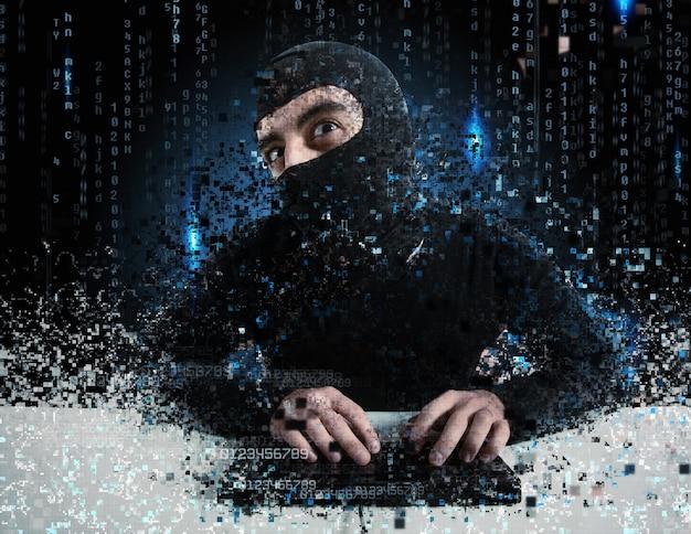 Hacker che legge informazioni personali su un computer