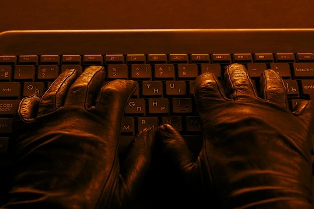 Le mani dell'hacker sulla tastiera del laptop