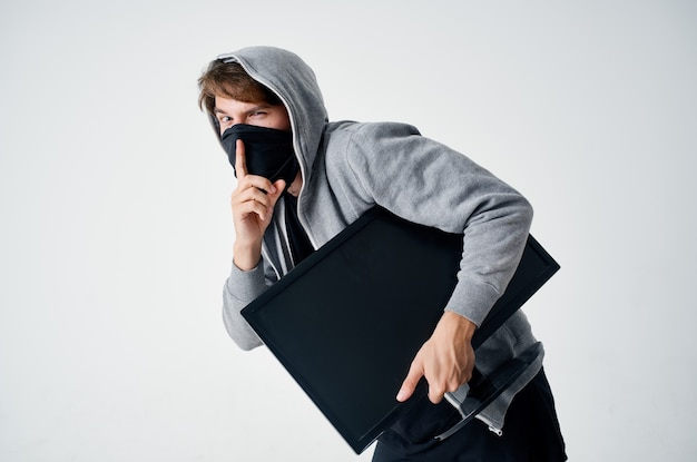 Hacker stealth tecnica rapina sicurezza hooligan sfondo chiaro