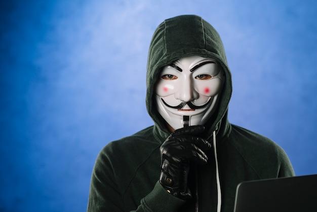Hacker con maschera anonima Foto Premium