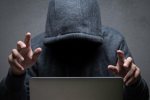 Hacker con computer portatile