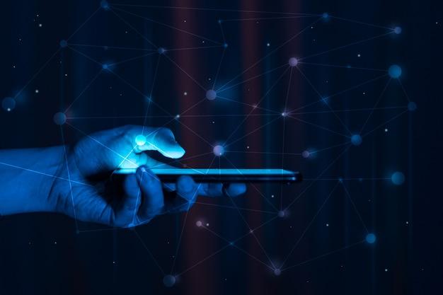 Gli hacker stanno rubando informazioni, la mano tiene lo smartphone.