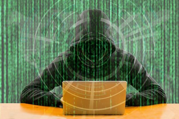 Programmatore di hacker che utilizza il computer portatile per hackerare informazioni e dati dall'account utente.