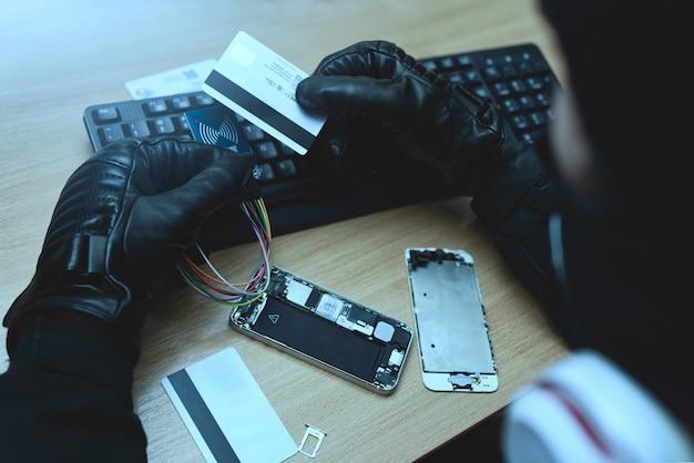 Concetto di hacking. hacker che cerca di rubare informazioni di pagamento mobile. vista da vicino