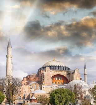 Hagia sofia al tramonto a istanbul, turchia.
