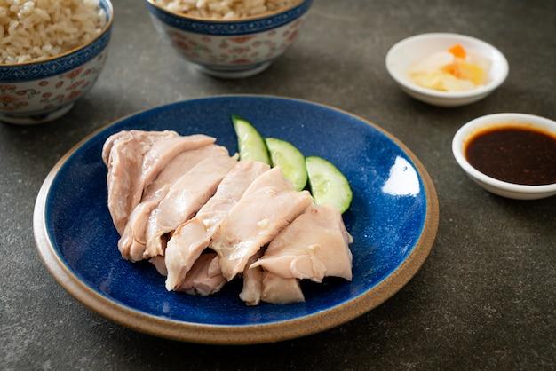 Riso al pollo hainanese o riso al vapore con zuppa di pollo - stile asiatico