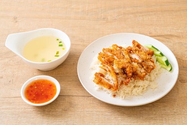 Riso al pollo hainanese con pollo fritto o zuppa di pollo al vapore di riso con pollo fritto - stile asiatico