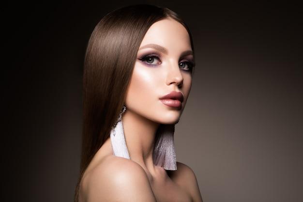 Capelli. bellezza donna con capelli castani lisci molto lunghi sani e lucenti. modello brunette gorgeous hair
