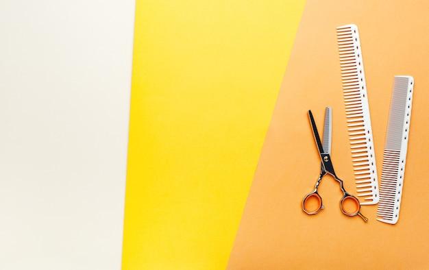 Forbici pettine spazzola per capelli. strumenti per parrucchiere, attrezzatura per parrucchiere per parrucchiere professionale nel salone di bellezza, barbiere di servizio di taglio di capelli.