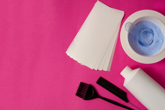 Polvere colorante per capelli, misurino, pennello, foglio di alluminio.