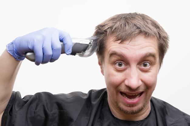 Taglio dei capelli a casa durante la quarantena