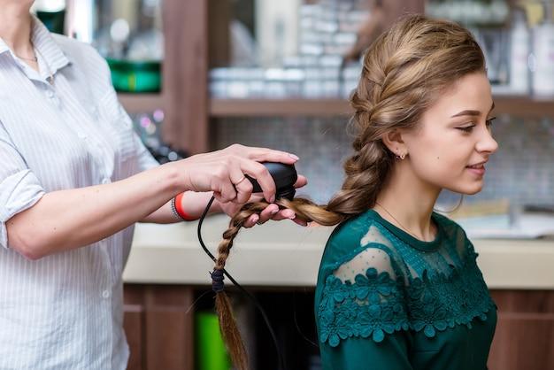 Il dottore dei capelli controlla i capelli