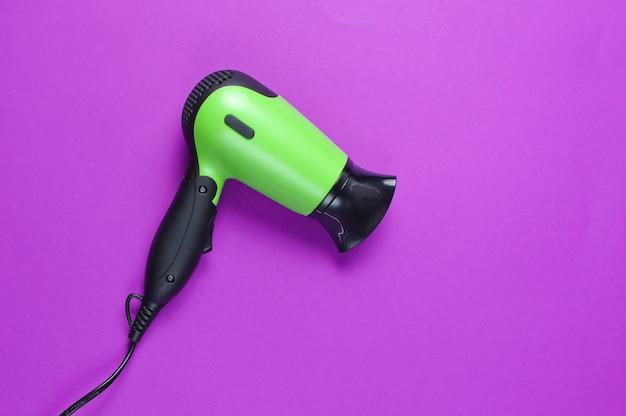 Asciugacapelli su uno sfondo viola