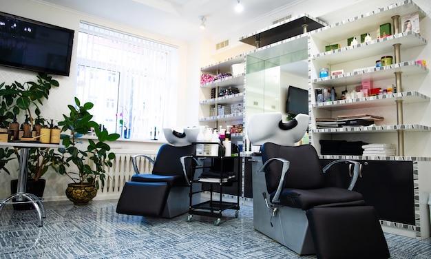 Sedia da parrucchiere. foto ravvicinata di una poltrona da parrucchiere in un moderno salone di parrucchiere.